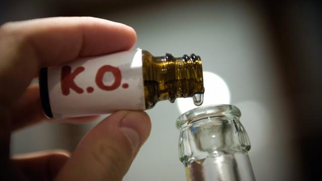 """Mit dem""""Xantus-Drinkcheck"""" sollen sich K.O.-Tropfen in Getränken nachweisen lassen. ( r / Foto: dpa)"""