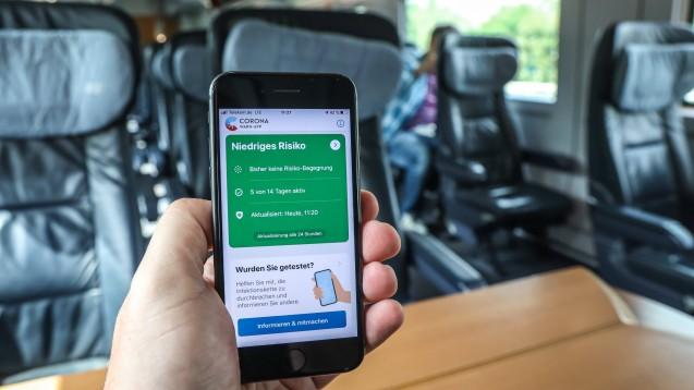 Nutzen Sie die Corona-Warn-App privat, auf dem Weg zur Arbeit und in der Apotheke? Lesen Sie hier, wie Ihre Kollegen abgestimmt haben. (s / Foto: imago images / Rüdiger Wölk)