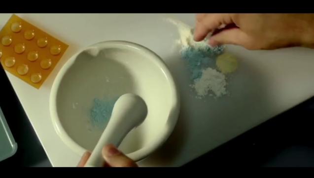 """Einer der wenigen Filme mit einem Apotheker in der Hauptrolle: """"Hauptsache, die Chemie stimmt"""" (2014). Es gibt nicht viel über diesen Film zu sagen, außer, dass darin vor laufender Kamera Medikamente verarbeitet werden. (Foto: Screenshot – """"Hauptsache, die Chemie stimmt"""")"""
