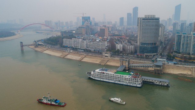 """Wuhan am 21. Februar: Das Schiff Lanjing wird als """"Wasser-Hotel"""" für medizinisches Personal genutzt. (c / Foto: imago images / Xinhua)"""