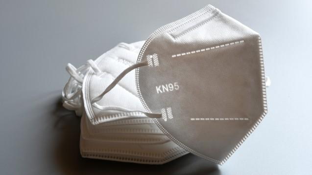Corona-Schutzmasken können Risikopatienten ab morgen über die Apotheke beziehen. Mitarbeiter:innen der Offizin stellen sich dabei die Frage nach der Verteilung. (rh / Foto: Dan74 / stock.adobe.com)