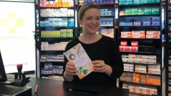 """Apothekerin Ann-Katrin Pause ist glücklich über die Veröffentlichung des Romans """"Orangenblütenjahr"""" von Ulrike Sosnitza, der sie bei den Recherchen in der Apothekenwelt kenntnisreich zur Seite stehen konnte. (Foto:Quelle: Röntgen-Apotheke Würzburg)"""