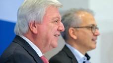 Hessens Ministerpräsident Volker Bouffier (l.) und Grünen-Chef Tarik Al-Wazir haben den neuen Koalitionsvertrag vorgestellt. (m / Foto: dpa)