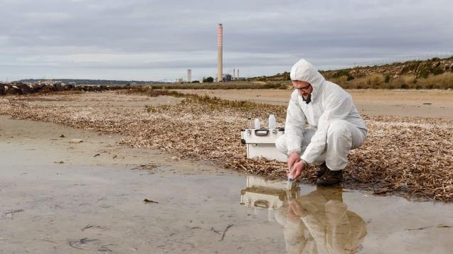 Der Europäische Apothekerverband PGEU fordert, dass die Politik mehr gegen die Luft- und Wasser-Verschmutzung durch die Arzneimittel-Herstellung tut. (Foto: imago images / Panthermedia)