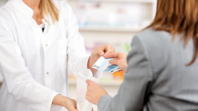 Jährlich 10 Cent mehr: Laut ABDA müssen Patienten im Schnitt 2,80 Euro pro Packung zuzahlen. Die Selbstbeteiligung steigt jährlich um 10 Cent. In der Apotheke reagieren sie verwundert. (Foto: contrastwerkstatt / Fotolia)