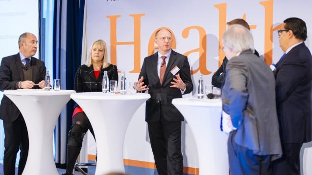 Bei der Handelsblatt-Tagung diskutierten (v.l.n.r) Mani Rafii (Barmer), Claudia Korf (ABDA), Jörg Wieczorek (BAH), Christian Buse (BVDVA), Max Müller (DocMorris) und Moderator Jürgen Wasem. (Foto: Külker)