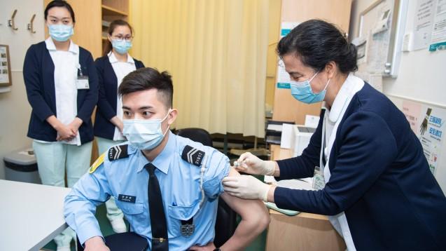 Die Notfallgenehmigungen in China sollten die Verwendung von Impfstoffkandidaten für einen begrenzten Zeitraum bei Personen mit einem hohen COVID-19-Erkrankungsrisiko ermöglichen. Dazu gehörten medizinisches Personal, Mitarbeiter:innen der Pandemiekontrolle und Zollarbeiter:innen. (Foto: IMAGO / Xinhua)