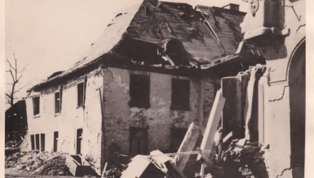 Beim Luftangriff auf die Stadt Attendorn am 28. März 1945 wird das Apothekenhaus fast vollständig zerstört.