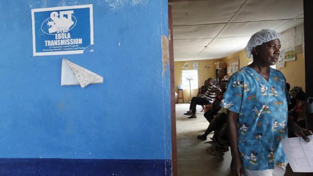 Mitarbeiter im Ebola-Zentrum Monrovia: Manche Überlebende der Erkrankung hatten schon bei der Entlassung Gesundheitsprobleme, bei anderen begannen diese erst Monate später. (Foto: dpa)