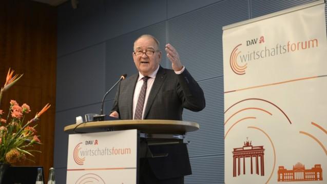 Keine Spontanaktionen: DAV-Chef Fritz Becker kündigte an, dass die Forderungen rund um das Apothekenhonorar und den Verandhandel erst in der nächsten Legislaturperiode der Politik erneut vorgetragen werden. (Foto: Külker)