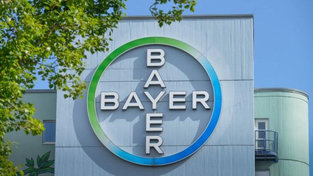 Der Pharmakonzern Bayer will Geräte und Personal für die Corona-Diagnostik zur Verfügung stellen. (s / Foto: imago images / Joko).