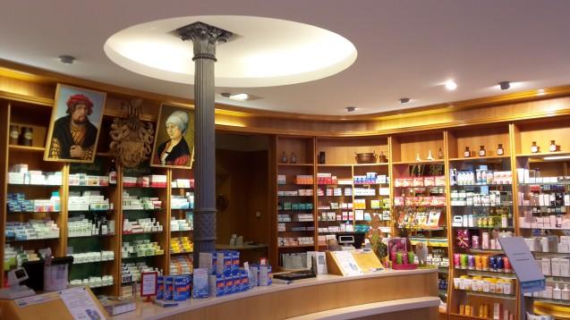 Die Inhaberin der Lucas-Cranach-Apotheke in Wittenberg, Birgit Biernoth fühlt sich als Apothekerin und Hobby-Historikerin der Tradition verpflichtet. (Foto: Biernoth)