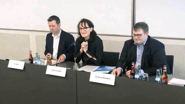 Vertriebsleiter Jan Wagner, die Leiterin der Öffentlichkeitsarbeit Gudrun Kreutner und Geschäftsführer Dennis Ballwieser bei der Pressekonferenz im Rahmen der Interpharm. ( r / Foto: DAZ.online)