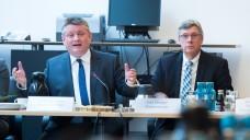 Staatssekretär Lutz Stroppe vom Bundesgesundheitsministerium mit seinem Chef, Hermann Gröhe. (Foto: dpa)