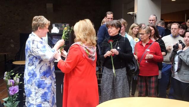 Niedersachsens Kammerpräsidentin Magdalene Linz hat sich von ihrer Kammerversammlung verabschiedet. Hier erhält Linz eine Blume von Vorstandsmitglied Cathrin Burs. (s / Foto: bro/DAZ.online)