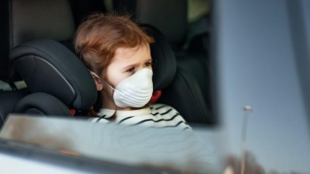 Eine Maske ist bei der Fahrt mit dem Auto in den Urlaub sicherlich nicht nötig. Übel werden kann einem auf der Rückbank aber dennoch. (c / Foto: JenkoAtaman /stock.adobe.com)