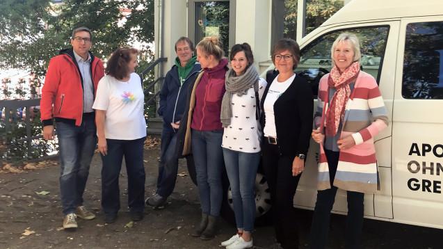 Das Team der Mainzer Ambulanz (von links): Apotheker Dr. Keller (AoG), Schwester Obst, technische und organisatorische Leiterin der Ambulanz, drei Mitarbeiterinnen, die Apothekerinnen Adrian und Dr. Weber-Grandke (AoG). (Foto: Apotheker ohne Grenzen)