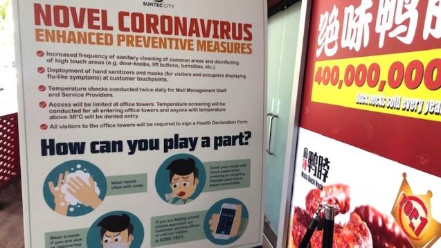 Fiebermessen an Flughäfen und in Restaurants (hier in Singapur): Welchen Nutzen haben Screeningmethoden auf Coronavirus? Erkenntnissen deutscher Wissenschaftler zufolge lassen sich damit Coronavirus-Infizierte nicht von Gesunden trennen. ( t / Foto: cel)