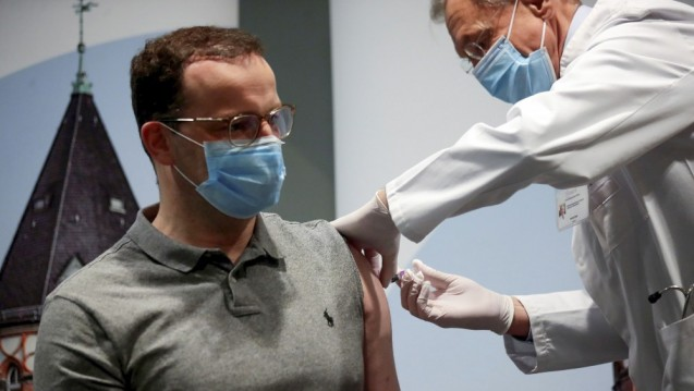 Jens Spahn ließ sich bereits gegen Grippe impfen. Die STIKO empfiehlt den saisonalen Influenzaschutz u. a. für Personen ab 60 Jahren oder mit chronischen Grunderkrankungen. Spahn ist zuversichtlich, dass die 26 Millionen Impfstoffe ausreichen und es keinen Versorgungsengpass gibt. (Foto: picture alliance / Hannibal Hanschke)
