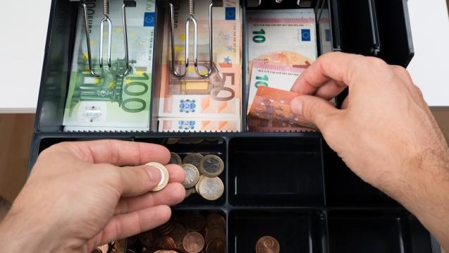 Einem Bericht der Frankfurter Rundschau zufolge sollen die Honorar-Gutachter gegen das Rx-Versandverbot sein. (Foto: Andrey popov / stock.adobe.com)