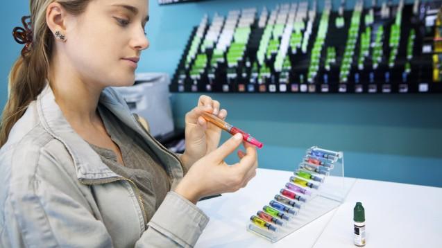 E-Zigaretten: bunt und weniger ungesund als herkömmliche Zigaretten? Wohl eher nicht – das zeigen zumindest die aktuellen Entwicklungen in den USA. Aber auch deutsche Experten warnen. (c / Foto: RFBSIP / stock.adobe.com)