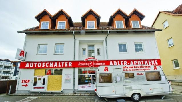 Der Wohnwagen-Schalter: Nach einem Brand ist die Adler-Apotheker in Mühlhausen vorübergehend umgezogen. (Foto: Daniel Volkmann)