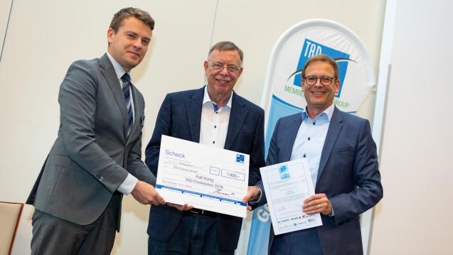 Die Verleihung des TAD-Förderpreises 2018: (v.l.) Tomaž Pirman (TAD Pharma, Cuxhaven) und Klaus Hölzel (Redaktionsbüro A & K, Oestrich-Winkel) sowie der Preisträger Ralf König (Curacado). (b / Foto: TAD Pharma GmbH)