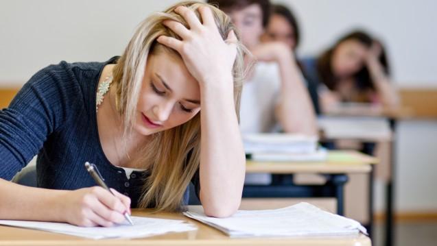 Erst den Bachelor, dann noch ein Staatsexamen in Pharmazie? Das kann in manchen Bundesländern teuer werden. (c/ Foto: Moritz Wussow / stock.adobe.com)