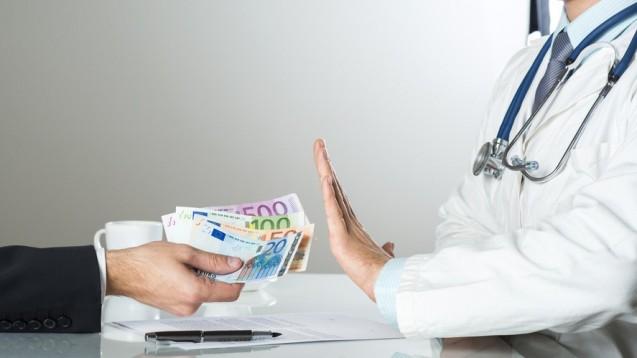 Apotheker sind künftig strafbar, wenn sie einem Arzt Geld für die Zuweisung von Patienten anbieten. (Foto: Halfpoint/Fotolia)