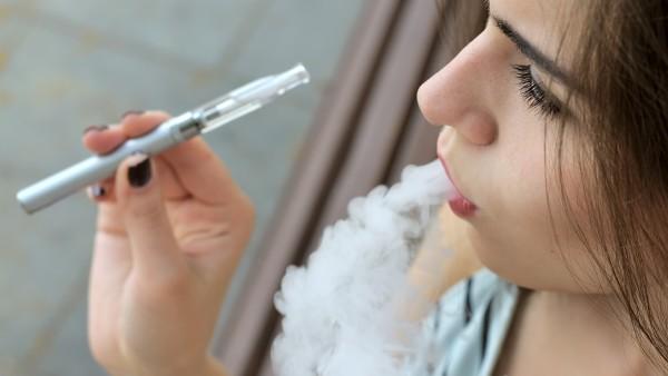 Nikotinhaltige E-Zigaretten erfolgreicher als Nikotinersatz