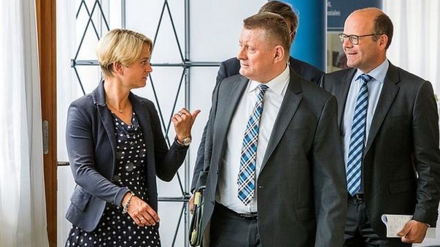 Birgit Hesse, Gesundheitsministerin in Mecklenburg-Vorpommern, gibt Bundesgesundheitsminister Hermann Gröhe einige Aufgaben mit auf den Weg. (Foto: dpa)
