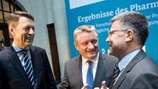 Das war es dann: Gesundheitsminister Hermann Gröhe (CDU), Staatssekretär Hagen Schütte und vfa-Chef Hagen Pfundner. (Foto: BMG / Michael Gotschalk)