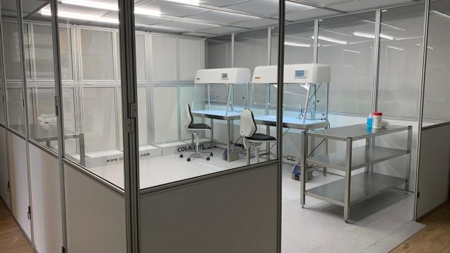 Im Reinraum des Corona-Impfzentrums Calden bei Kassel wird von geschulten Apothekern und PTA der Impfstoff aufbereitet. (Foto: Post-Apotheke, Kassel)