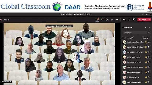 """Rund die Hälfte der Studierenden im Pilotprojekt """"Global Classroom"""" ist hier im fiktiven Hörsaal zu sehen. (Foto-Montage: Yaman Abdin)"""