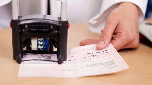 Unvollständiger Arzstempel? Das BMG will Klarheit für Apotheken schaffen und sie vor Retaxationen schützen. (Foto: contrastwerkstatt/Fotolia)