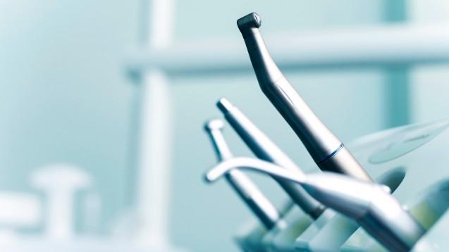 Wenn Zahnärzte zum Bohrer greifen, stehen sie– wie die Patienten– oft vor der Entscheidung: Möglichst schön – oder möglichst haltbar? (Foto: Walenga Stanislav)