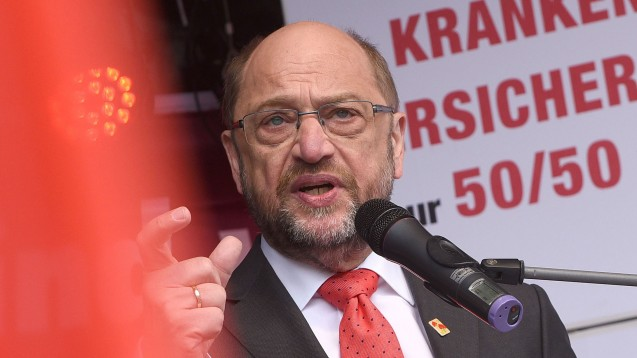 SPD-Kanzlerkandidat Martin Schulz sprach sich auch auf einer Mai-Kundgebung für die paritätische Belastung aus. (Foto: dpa)