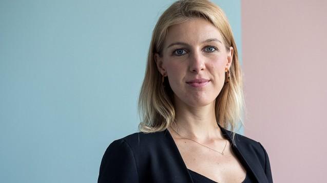 Teleclinic-Gründerin und CEO Katharina Jünger bietet die Online-Sprechstunden ihres Unternehmens jetzt auch für GKV-Versicherte an. Das GKV-E-Rezept soll noch in diesem Jahr folgen. (x / Foto: Teleclinic)