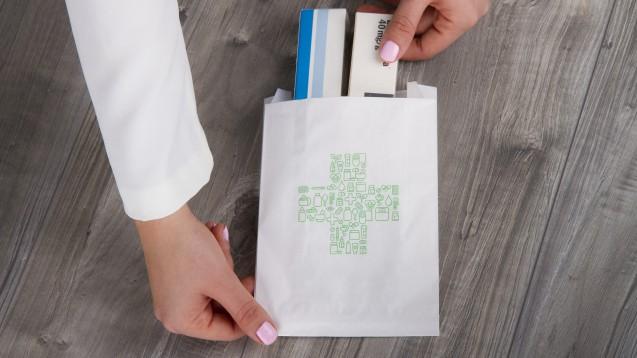 Ob eine Tüte mit Arzneimitteln über den HV-Tisch geht oder über den Botendienst zum Kunden kommt, macht nach Auffassung der Zentralen Stelle Verpackungsregister einen Unterschied. (c / Foto: Sergio / stock.adobe.com)