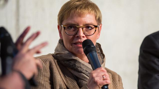 Die gesundheitspolitische Sprecherin der SPD-Bundestagsfraktion Sabine Dittmar verteidigt nach der Lunapharm-Affäre die Importquote und das Preissystem. Sie sieht vielmehr die Aufsichtsbehörden in der Pflicht. (b / Foto: Schelbert)