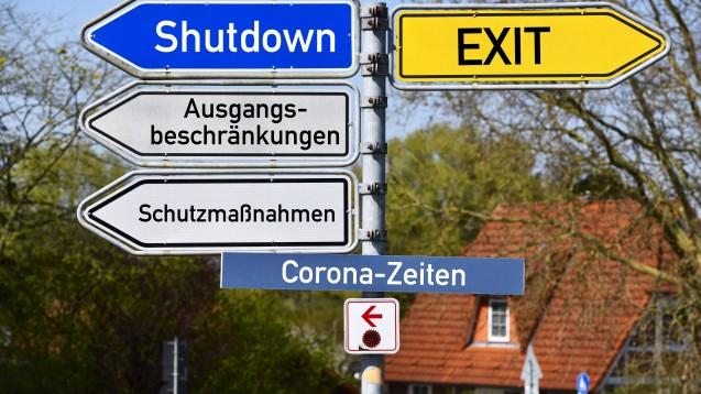 DAZ-Redakteur Dr. Thomas Müller-Bohn macht sich in seiner Analyse Gedanken darüber, wie ein Leben mit dem Coronavirus künftig möglich sein könnte. (Foto: imago images / Ohde)