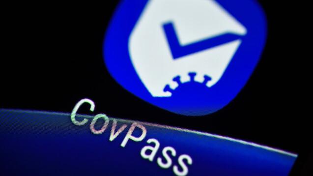 In den aktualisierten Versionen von CovPass-App und Corona-Warn-App können digitale Zertifikate über Auffrischimpfungen neuerdings aucheingelesen werden. (Foto: IMAGO / Christian Ohde)