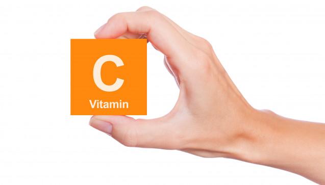 V wie Vitamin C: Vitamin C spielt als Radikalfänger bei der Bekämpfung von Erkältungserregern eine Rolle. Das Vitamin ist praktisch in allen Nahrungsergänzungsmitteln für das Immunsystem und auch in einigen Erkältungs-Kombinationsarzneimitteln enthalten (z.B. in Grippostad® C). (Foto: concept w / stock.adobe.com)