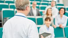 Laut KBV-Qualitätsbericht bilden sich die meisten Ärzte regelmäßig fort. (Foto:Robert Kneschke / stock.adobe.com)
