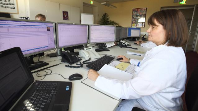 Ärzte mi digitalem Patientenkontakt: Kritikern zufolge gehen dabei wichtige Versorgungsmerkmale verloren. (Foto: Imago)