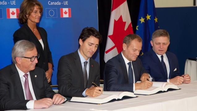 Es gab doch noch eine Einigung: Kommissionspräsident Jean-Claude Juncker, der kanadische Premierminister Justin Trudeau, Ratspräsident Donald Tusk und der slowakische Premierminister Robert Fico unterzeichnen den Ceta-Vertrag. (Foto: dpa / picture alliance)