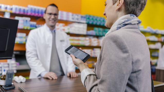 Geht es nach dem Wunsch der ABDA, soll bis Mitte 2020 ein eigenes E-Rezept-Modell flächendeckend ausgerollt werden können. Dabei sollen Patienten ihr E-Rezept auch via Smartphone in die Apotheke bringen können. (b / Foto: Imago)