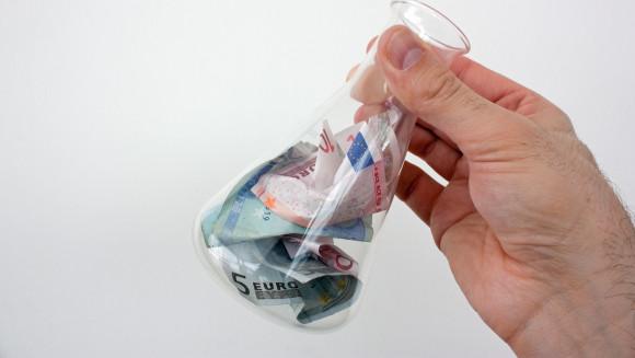 Die Apothekengewerkschaft Adexa und der Arbeitgeberverband Deutscher Apotheken konnten sich noch nicht auf einen neuen Gehaltstarif einigen. (b / Foto: monropic / stock.adobe.com)