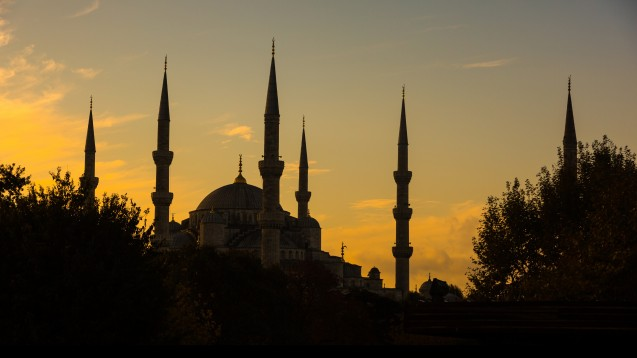 Ab Sonnenaufgang (hier über der Blauen Moschee in Istanbul) darf nicht mehr gegessen und getrunken werden. Chronisch Kranke sollten vor dem Fasten Rat in der Apotheke suchen. (Foto: william87 / Fotolia)