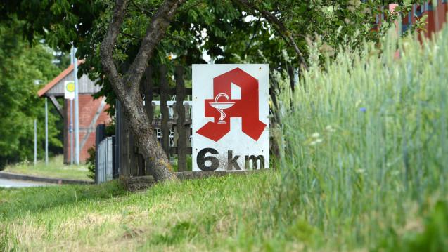 Streit um Notdienste: In Nordrhein-Westfalen streitet sich der Stadtrat Ahlen mit der Apothekerkammer Westfalen-Lippe darüber, wie weit Bürger zur nächsten Notdienstapotheke fahren müssen. (Foto: dpa)